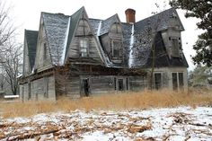 Abandoned home in Montgomery County, NC. I wonder when this house was built Abandoned Property, Abandoned Castles, Abandoned Mansions, Abandoned Places, Spooky Places, Haunted Places, Old Buildings, Abandoned Buildings, Beautiful Buildings