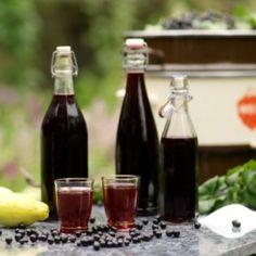 Zwarte bessen limonade 2 kg zwarte bessen 2 citroenen, uitgeperst 1 kg suiker Maak sap door de bessen te stomen in een sappan of ze door een roerzeef (gemaakt van nylon) te draaien.Voeg aan het sap de citroensap en de suiker toe en roer alles goed door elkaar. Meng deze siroop met water voor limonade (verhouding 1 deel siroop, 3 delen water) of met witte wijn voor aperitief (1 deel siroop, 3 delen wijn). Bewaar de siroop in de koelkast of in de vriezer.