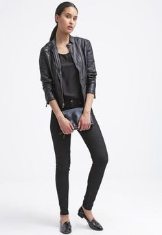 Guess stefania giacca in fintapelle noir/jet black Nero  ad Euro 120.00 in #Guess #Donna promo abbigliamento giacche