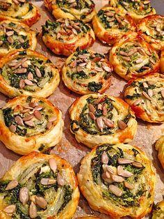 Blätterteig - Spinat - Schnecken, ein leckeres Rezept aus der Kategorie Fingerfood. Bewertungen: 236. Durchschnitt: Ø 4,3.