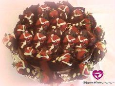 Vi presento questa torta esplosiva alla nutella con fragole ripiene di crema pasticcera e cioccolato!