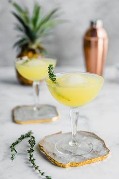 These simple Pineapple & Ginger Cocktails couldnt be more perfect. A refreshing and flavourful drink to celebrate all the good summertime vibes ahead! Frozen Drink Recipes, Sangria Recipes, Beer Recipes, Cocktail Recipes, Smoothie Recipes, Smoothies, Ginger Cocktails, Refreshing Cocktails, Easy Cocktails