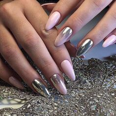 False nails have the advantage of offering a manicure worthy of the most advanced backstage and to hold longer than a simple nail polish. The problem is how to remove them without damaging your nails. Rose Gold Nails, Matte Nails, Gel Nails, Acrylic Nails, Stiletto Nails, Coffin Nails, Glittery Nails, Nail Nail, Wedding Manicure