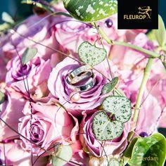 Dit bruidsboeket is een pareltje op de bruiloft. In het bruidsboeket is gewerkt met roze/paarse rozen. Ook is er gebruik gemaakt van de Scindapsus Pictus om groen te voegen. Dit trouwboeket is gemaakt door Fleurop bloemist Tommy Bloemen uit Leerdam Om
