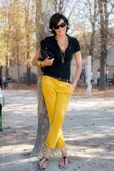 I like the combination of the yellow chinos and the sporty black polo shirt, seen on Ines de la Fressange. Casual Chic, Black Polo Shirt, Polo Shirt Outfit Women's, Pants Outfit, Black Blouse, Yellow Pants, Bright Pants, Gold Pants, Mein Style