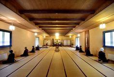 Nel cuore dell'appennino tosco-emiliano, a Pradaiolo di Berceto, il monastero Zen Sanboji è un eremo di pace e serenità per chi vuole trascorrere un periodo di silenzio e pratica meditativa in armonia con i ritmi della natura. La parola Sanbo nello zen significa Tre Gioielli, le tre gemme della pratica buddhista: Buddha, Dharma e Sangha. I cinque monaci, uomini e donne, affiancano gli ospiti nel lavoro dell'orto, nella preparazione del pane e nella prat...