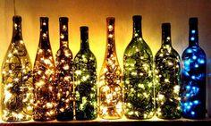 Des bouteilles de vin avec des lumières pour décorer le sapin de Noël