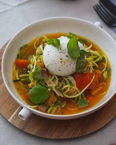 Een heerlijk eenvoudig recept voor courgetti met geroosterde tomaten en burrata www.cookameal.be Thai Red Curry, Veggies, Aesthetics, Ethnic Recipes, Food, Vegetable Recipes, Vegetables, Essen, Meals
