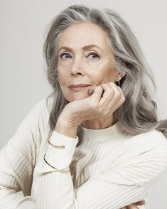 IVY & LIV - Elegance is the only beauty that never fades. Long Gray Hair, Grey Hair, Wise Women, Old Women, Beautiful Old Woman, Beautiful People, Mode Ab 50, Stylish Older Women, Advanced Style
