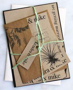 Combinación de distintos tamaños de papel rústico, en su color original. Invitaciones de boda. Imagen: Etsy