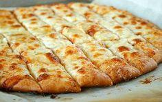 Υλικά  1 δόση ζύμης για πίτσα ή μια συσκευασία έτοιμη ζύμη για πίτσα  100 γρ. βούτυρο λιωμένο  5 μεγαλούτσικες σκελίδες σκόρδου  160-180 γρ. μοτσαρέλα τριμμένη  λίγη ρίγανη    Εκτέλεση   Βάζουμε στο μούλτι το βούτυρο και το σκόρδο και τα χτυπάμε πολύ καλά