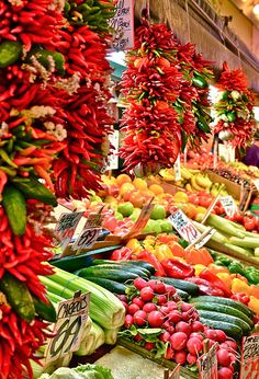 Another great reason to visit or live in Seattle - Pike Place Market. Street Food Market, Pike Place Market, Memorial Weekend, Fruits And Vegetables, Washington State, Raw Food Recipes, Farmers Market, Plant Based, Seattle