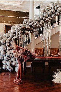 Balloon installation behind the sweetheart table Photo: @_furandlace Boho Wedding, Wedding Blog, Unhappy Birthday, Roller Disco, Balloon Installation, Wedding Balloons, Sweetheart Table, Elopement Inspiration, Engagement Shoots
