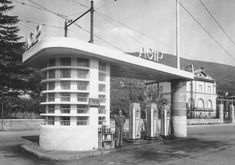 Old Gas Pumps, Vintage Gas Pumps, Drive In, Futuristic Architecture, Architecture Photo, Le Riad, Pompe A Essence, Streamline Moderne, Old Gas Stations