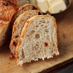 Chleb z chrupiącą skórką  bez wyrabiania ciasta i długiego (nocnego) czekania na wyrośnięcie. Na zdjęciu - chleb z dodatkiem suszonych pomidorów.