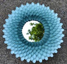 Moldura para espelho feita de colheres de plástico!