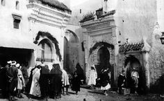 VIDA COTIDIANA-ZOCO: Tetuán 1940.-Los hombres se reúnen alrededor de la Mezquita, en el zoco el-Foki del barrio musulmán de la capital del Protectorado Español en Marruecos. EFE/yv