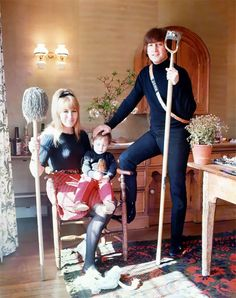 Beautiful Photos Of John Lennon With His First Wife Cynthia At Their Home In 1965 John Lennon Son, John Lennon Guitar, Julian Lennon, Foto Beatles, Beatles Band, The Beatles, Olivia Culpo Hair, Jane Asher, Ringo Starr