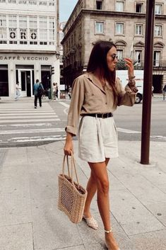 15 Beige And White Outfits To Wear From Summer To Fall Dorytrendy wearing a beige shirt, white shorts, white mules and a straw bag. Mode Outfits, Trendy Outfits, Party Outfits, Elegant Summer Outfits, Picnic Outfits, Party Outfit Summer, Party Outfit Casual, Casual Summer Outfits Shorts, Shorts Outfits Women