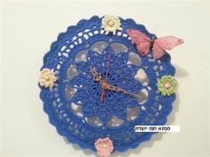 a crchet clock Hanukkah, Diy And Crafts, Projects To Try, Wreaths, Crochet, Clocks, Home Decor, Ideas, Crocheting