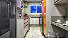 Cozinhas do tipo corredor são comuns em apartamentos pequenos. Para driblar a falta de espaço é preciso seguir algumas dicas. Este projeto é da arquiteta Daniela Brranco Omairi.   Foto: Gerson Lima / Divulgação.