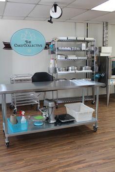 Cake Shop Design, Bakery Design, Cafe Design, Restaurant Kitchen Design, Deco Restaurant, Bakers Kitchen, Kitchen Sets, Bakery Shop Interior, Commercial Kitchen Design