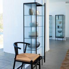Une vitrine en métal et verre, AM.PM.