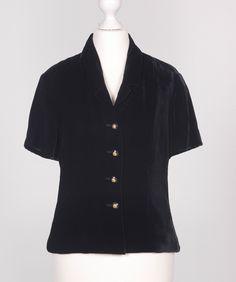 Chanel Auktion Lot 112: Chanel Jäckchen, schwarzer Samt, Größe ca. 36, Länge 52 cm. Mehr Information auf der Website