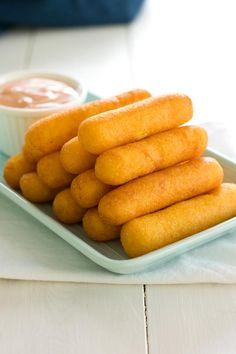 Puerto Rican Sorullitos de Maiz // Corn fritters with cheese - crispy on the outside, but soft and buttery inside! In Puerto Rico these can be served for breakfast, appetizer or side dish. Puerto Rican Dishes, Puerto Rican Cuisine, Puerto Rican Recipes, Mexican Food Recipes, Ethnic Recipes, Puerto Rican Appetizers, Pasteles Puerto Rico Recipe, African Recipes, Comida Boricua