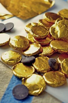 how to make homemade chocolate coins. A fast and easy candy making tutorial. Great idea for St. Patricks Day, Mari Gras, Pirate parties, and events. How To Make Chocolate, Homemade Chocolate, Chocolate Coins, Snack Recipes, Snacks, Candy Making, Few Ingredients, How To Make Homemade, Christmas Baking