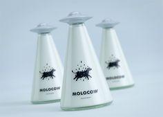 Embalagem conceitual de leite mostra vaca sendo abduzida por disco voador