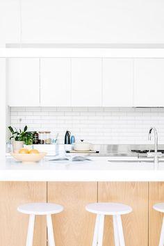 Cocina en blanco y madera clara