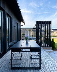 """Reetta on Instagram: """"Paluu aurinkoisiin päiviin☀️ . . . #terassi #patio #mustatalo #blackhouse #puutalo #woodenhouse #modernhome #minimalhome #patiodecor…"""" Black Garden, Outdoor Tables, Outdoor Decor, Outdoor Furniture, Patio, Instagram, Home Decor, Gardens, Homemade Home Decor"""