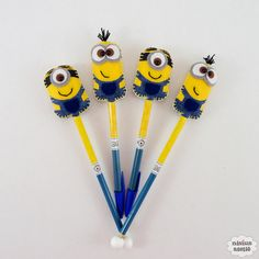 Lápis ou caneta com ponteira decorado com os minions feitos em tecido e feltro bordado à mão.