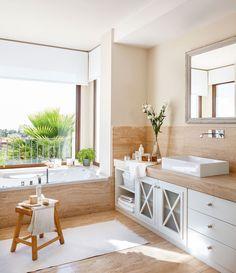 Baño clásico con bañera junto a la venta y suelo y encimera de marmol