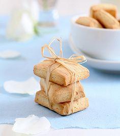 Receta de galletas para alérgicos al huevo    250 g. de harina 50 g. de mantequilla  50 g. de azúcar con sabor a vainilla Bicarbonato de amonio en polvo, 5 g. Una pizca de sal Leche de soja, 100 ml Ralladura de 1/2 limón