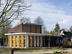 moderne villa met houten zonwering