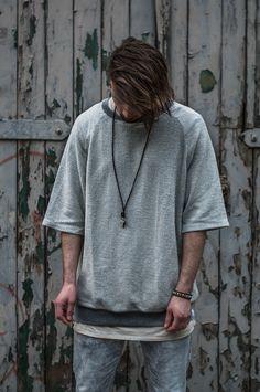 Männer Outfit inspiriert von der Yeezy Kollektion. Streetstyle Outfit des Tages in hellen grau und beigetönen.  Oversized Pullover mit kurzen Ärmeln von Choice nicola pelinga. Kette mit Lederband von Six