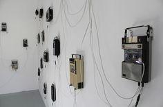Les installations sonores de l'anglais Stephen Cornford utilisent une série d'enregistreurs audio montés sur les murs d'une pièce unique, chaqun étant équipés d'un microphone pour capter le son du moteur.