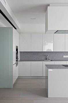 White, clean, sharp and neat, this post contains some great examples of white contemporary kitchen cabinets. Notice how pleasing that these kitchens are. Kitchen Room Design, Kitchen Cabinet Design, Modern Kitchen Design, Kitchen Layout, Home Decor Kitchen, Interior Design Kitchen, Home Kitchens, White Contemporary Kitchen, Contemporary Kitchen Cabinets