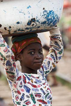 Girl with Tub on Head | Kumasi | Johan Gerrits