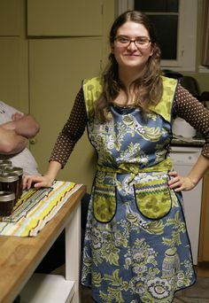 """Rebecca requested a full-coverage apron for big canning projects and """" dinner on the grounds """" for her birthday. Sewing Aprons, Aprons Vintage, Washing Clothes, Apron Patterns, Sewing Patterns, Couture, Potholders, Tea Towels, Sewing Ideas"""
