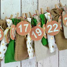 Schöner Mix von Geschenksäckchen in Leinen, grüner Baumwolle, mit goldenen Sternen und aus Jute. Ein dezenter und trotzdem stimmungsvoller Adventskalender.