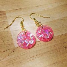 【shima78】さんのInstagramをピンしています。 《ちょっと早いけど #桜 のような#春 のような #ピンク 色の#ピアス(❀ฺ´∀`❀ฺ) 光の当たり方によって 輝き方が変わるのでとても キラキラして可愛い(*ˊ˘ˋ*) 軽いので普段あまりピアスを しない方にもオススメです!! 出来たら委託先cherieへ 持っていきます.+*:゚+。.☆ ☆ #ハンドメイドショップshima #ハンドメイド#shima#handmade #手作り#レジン#ピアス#イヤリング #アクセサリー#ラメ#キラキラ#pink #透け感#透明感#spring#花#flower》