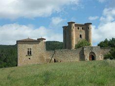 Sur la route de Couiza, à la descente du col du Paradis, s'élève le fier donjon du Château d'Arques. Perdu au coeur du pays cathare, i incarne à merveille l'influence de certains caractéres de l'architecture capétienne, dans une contrée qui résista longtemps à l'implantation des Francs du Nord
