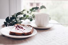 """189 Me gusta, 6 comentarios - Mariana Carletti Fotografa (@marianacarletti) en Instagram: """"Hoy se acaban los desayunos y meriendas tambaleantes en el sillón, hoy ensamblaré la mesita ratona…"""""""