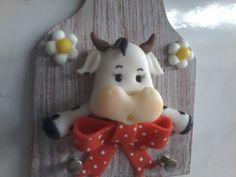 Porta chaves em MDF com pintura e Vaquinha em biscuit, modelado a mão livre. Pinos para duas chaves. tam. 14 cm de altura X 10 cm Uma peça alegre para decorar e não perder suas chaves!!!