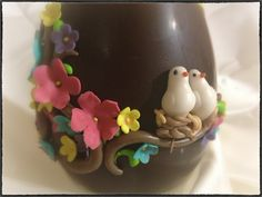 Auguro a tutti voi una Santa Pasqua di resurrezione. Che siate credenti oppure no, che ognuno possa scorgere dentro di sè la Luce che guida nei momenti difficili, come questi che stiamo attraversando. E quest'uovo decorato, invece, lo dedico a chi non si sente ancora troppo grande per le sorprese!   Correlati