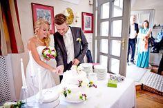 Hochzeit Manuela & Michael Standesamt Grieskirchen - Landschloss Parz Anschneiden der Hochzeitstorte