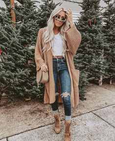 Style a comfy tee with a cozy, chunky cardigan! Style a comfy tee with a cozy, chunky cardigan! Outfits Winter, Cute Casual Outfits, Cute Jean Outfits, Cheap Fall Outfits, Winter Outfits For Teen Girls Cold, Looks Jeans, Outfit Jeans, Tan Cardigan Outfit, Outfits With Mom Jeans